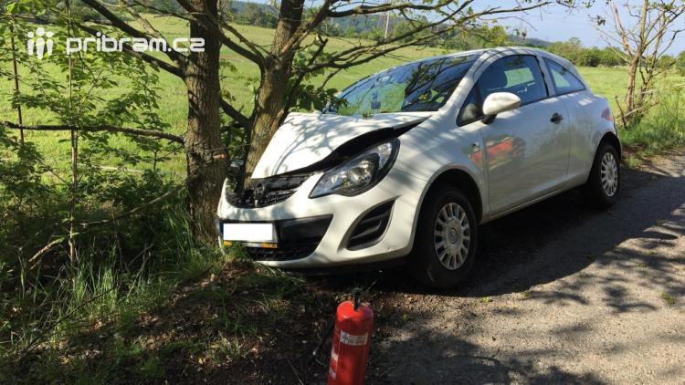 Aktuálně: U Jablonné zasahují záchranáři, auto narazilo do stromu