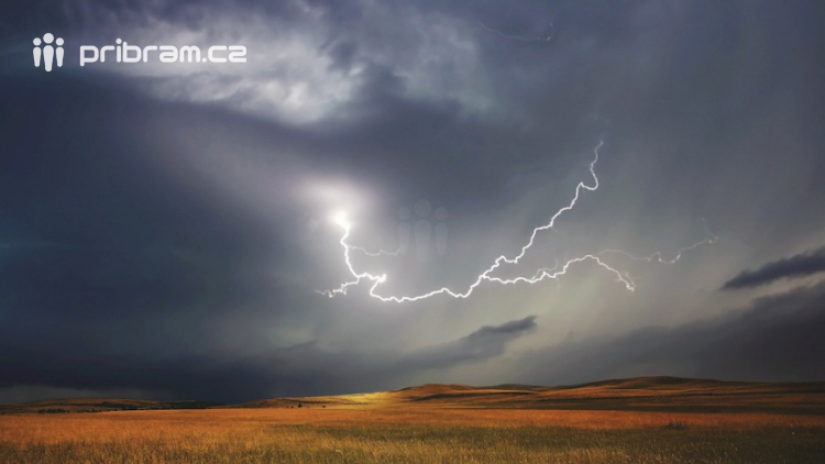Tropické teploty mohou vystřídat místy silné bouřky a přívalové děště