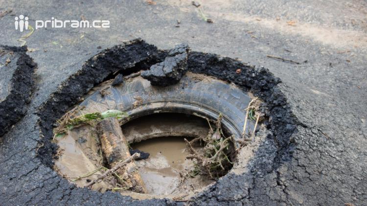 Foto dne: Po dešti rostou houby, na silnicích pneumatiky