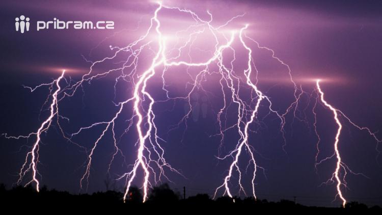 Varování meteorologů: V pondělí očekávejte přívalové deště, bouřku a krupobití