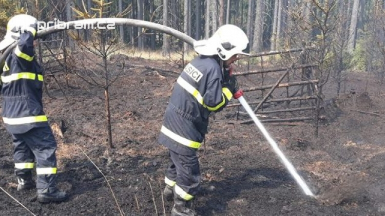 Aktuálně: Na Plešivci bojují hasiči s požárem lesa
