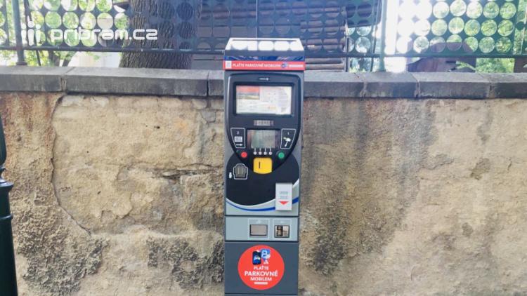 Nové parkovací automaty již přijímají bezhotovostní platby