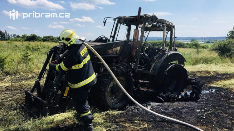 Aktuálně: U požáru traktoru zasahují tři jednotky hasičů
