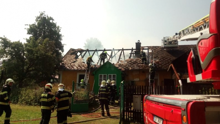 Šest jednotek hasičů likviduje požár rodinného domu na Příbramsku