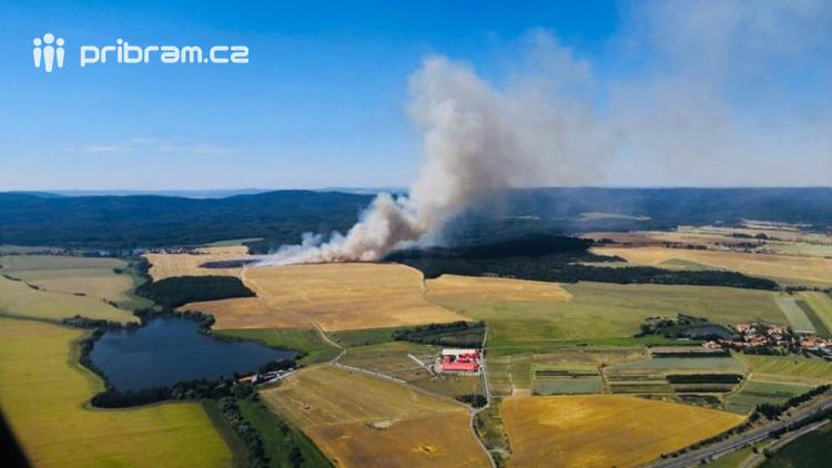Aktuálně: Hasiči likvidují požár louky a lesa u Klučenic, nově je hlášen požár strniště u Rosovic