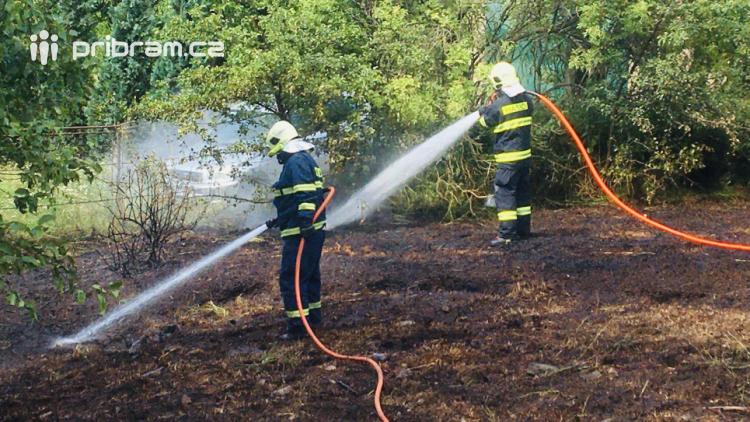 Aktuálně: Požár travního porostu povolal hasiče na Březové Hory a do Rosovic