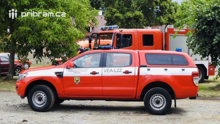 Aktuálně: U požáru přístřešku a garáže zasahují tři jednotky hasičů