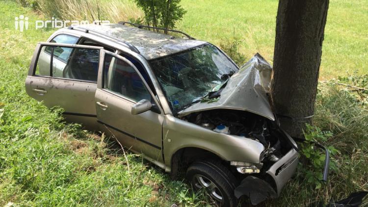 Auto narazilo do stromu, řidiče odváží sanitka do nemocnice