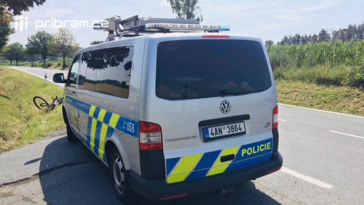 Silnici do Sedlčan omezila nehoda auta s cyklistou