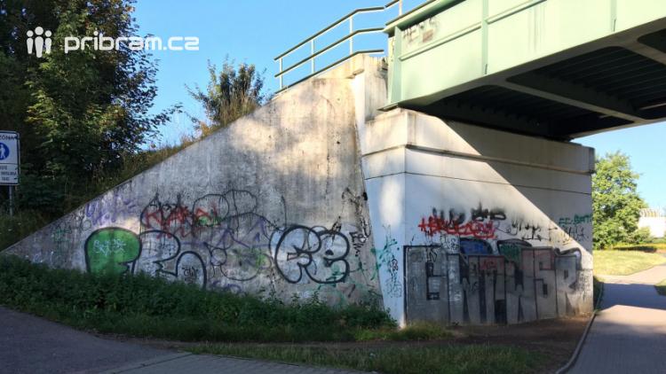 Graffiti v Příbrami: Zatímco městský majetek sprejery moc neláká, jinde řádí dostatečně