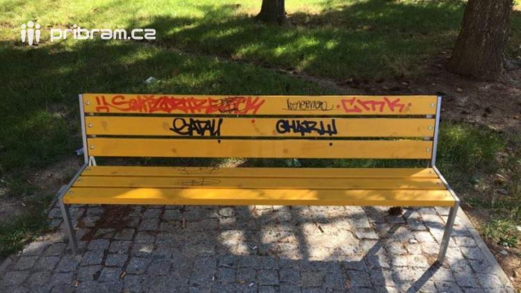 Sprejeři se podepsali na lavičkách a na vagonech. Umění v tom nehledejte