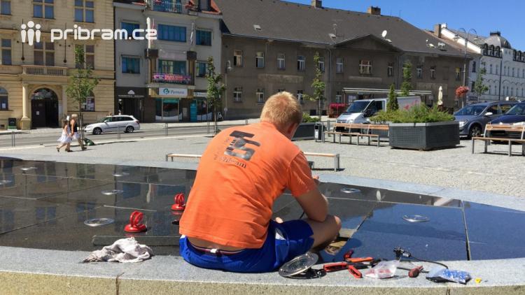 Voda v kašně na náměstí TGM je chemicky ošetřena a může vyvolat zdravotní potíže