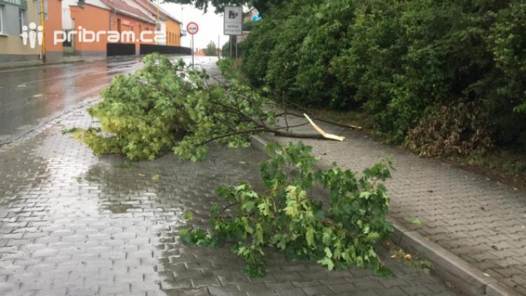 Příbram sčítá škody po včerejší bouři