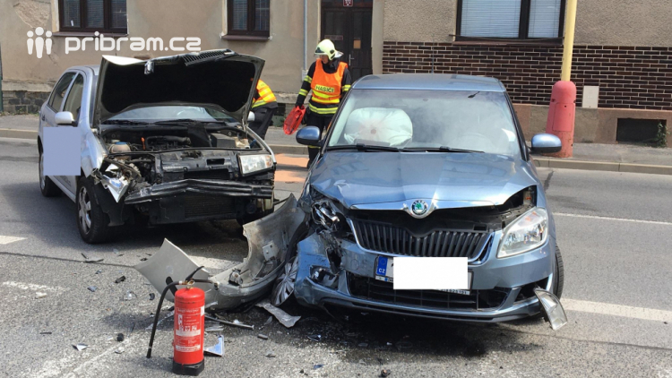 V Příbrami se čelně střetla dvě auta, zraněné osoby jsou v péči záchranářů