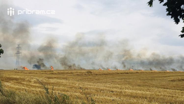 Aktuálně: Devět hasičských jednotek zdolává požár pole
