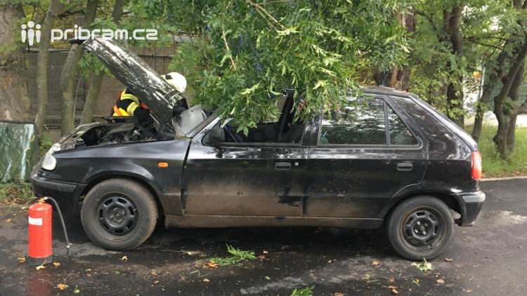 Po nárazu auta do stromu zasahují v Příbrami záchranné složky