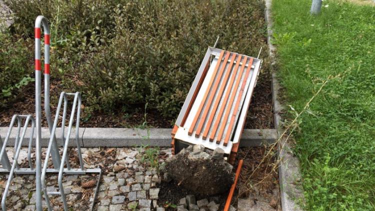 Stupidita v praxi: Další ubožák poničil lavičky a odpadkové koše u příbramského gymnázia