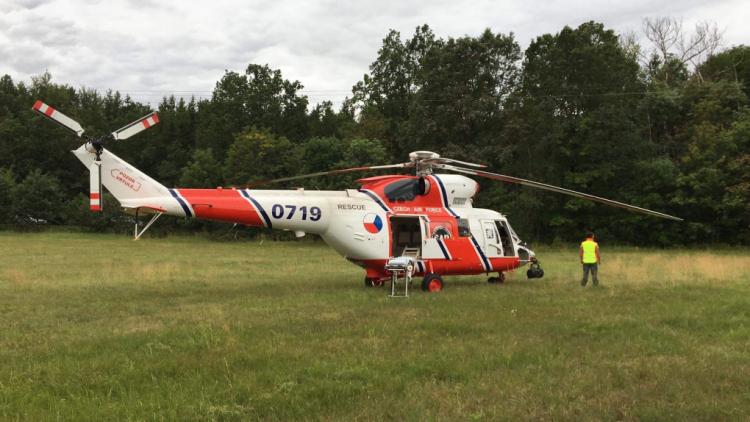 Aktuálně: Po střetu autobusu s autem hasiči vyprošťují zraněného, v místě přistává vrtulník