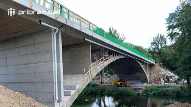 Na jih bez objížďky. Most na Strakonické je již průjezdný
