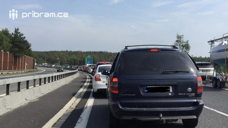 Aktuálně: Vážná dopravní nehoda zastavila provoz na dálnici D4, v místě přistál vrtulník