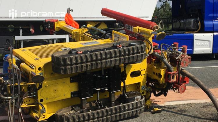 Pád vrtné soupravy komplikuje provoz na Strakonické