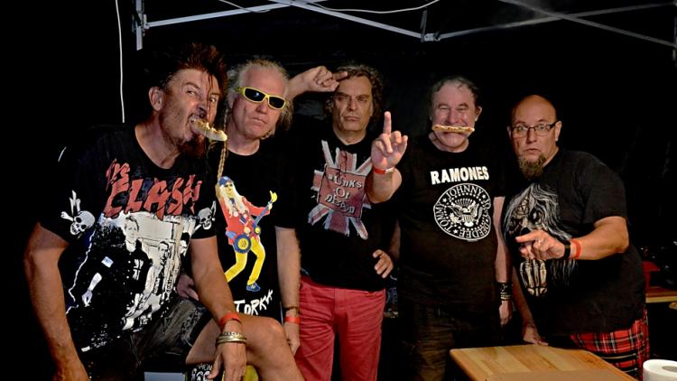 Punkové legendy přijely na Dobříš a zaplnily šapitó