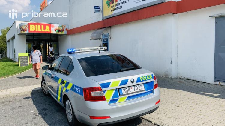 Nadával prodavačkám i policistům
