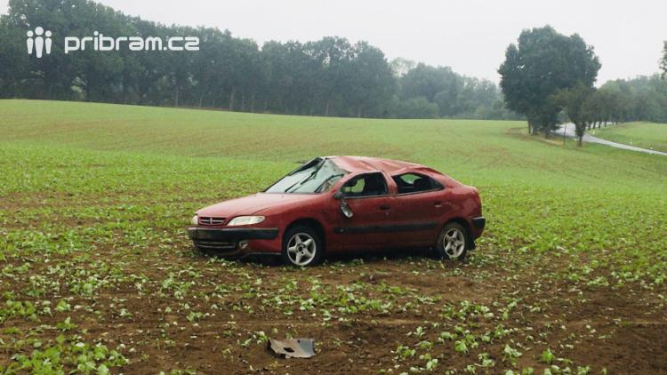 Auto se několikrát přetočilo přes střechu, mladík skončil v nemocnici