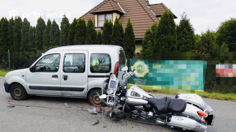Motorkáři po střetu s autem praskla helma, nehoda omezila dopravu v Dobříši