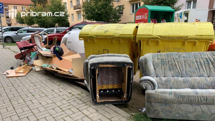 Na ulici Bratří Čapků kdosi vystěhoval půlku obývacího pokoje