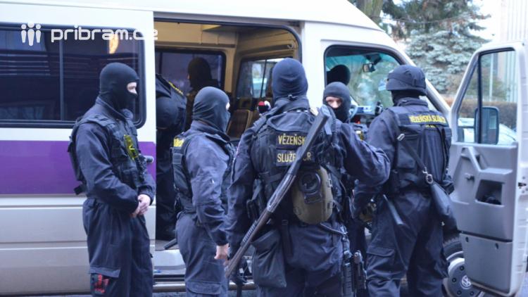 Věznice Příbram chystá cvičení: Převrácený autobus a vězni na útěku
