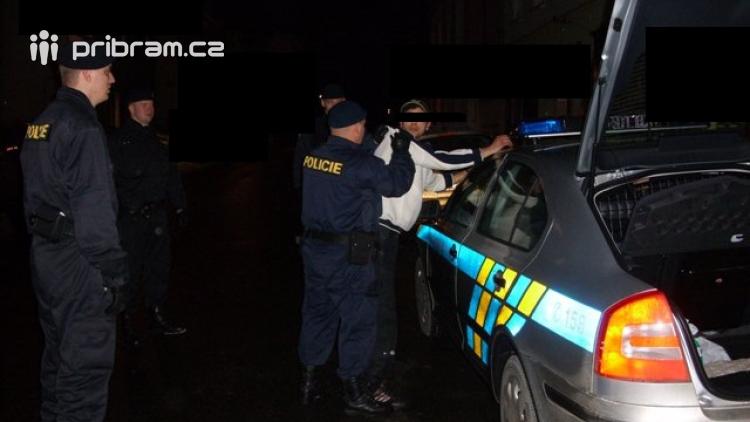 Opilý řidič v noci havaroval na lesní cestě, zapomněl kde je auto i ostatní spolucestující