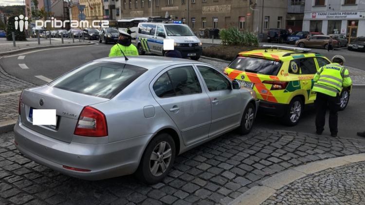 Střet auta se sanitním vozem komplikuje dopravu na náměstí TGM