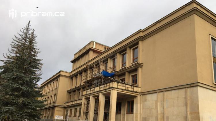 Omítka kulturního domu zkomplikovala stavbu výtahu