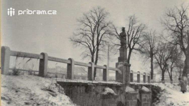 Cenná socha z kamenného mostu v Dobříši nebyla zničena opilci, ale při záměrné bezpečnostní akci