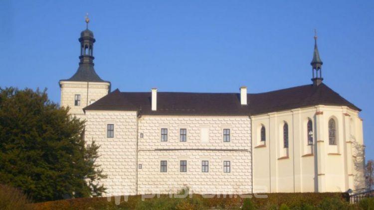 Zámku Březnice díky otevření synagogy přibylo návštěvníků