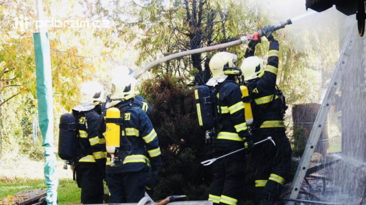 Plameny pohltily zahradní domek. Hasiči zasahovali v dýchací technice