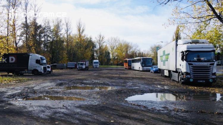 Občan v Příbrami za parkování platí, kamiony stojí ve městě zdarma