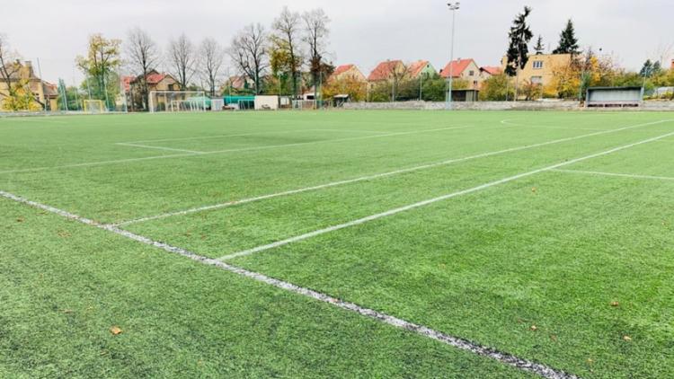 Nejstarší fotbalový klub v regionu nemá finance na výměnu umělého trávníku. Bez dotace bude hřiště pro zápasy nepoužitelné