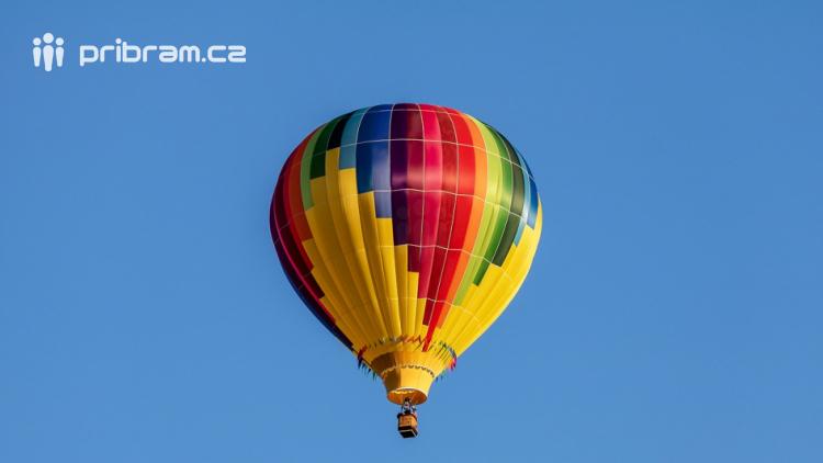 Ze čtyř balonů seskočilo 19 parašutistů, jedná se o český rekord