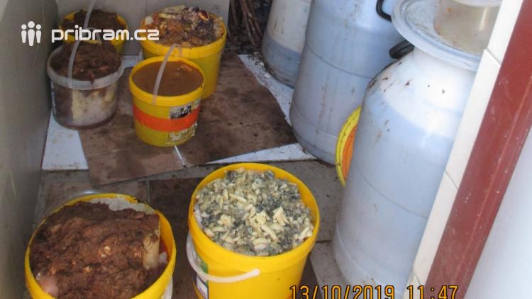 Hygienici byli při kontrole restaurace v šoku. Na zemi špína a zbytky potravin, v mrazáku prošlé maso