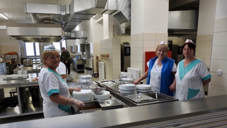Konec nošení obědů z domova: Žáci 2. základní školy v Dobříši dostali novou jídelnu