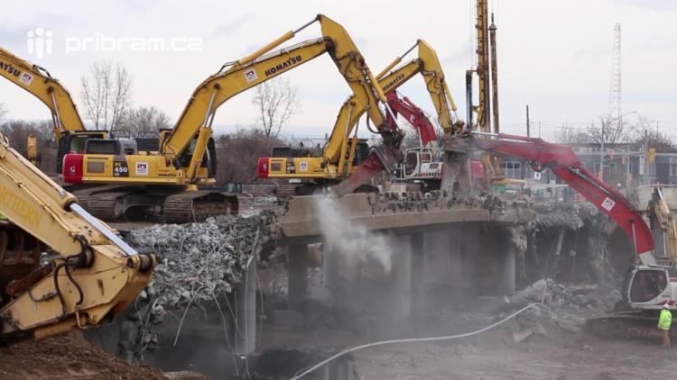 Provoz na dálnici D4 omezila demolice mostu na Zbraslavi