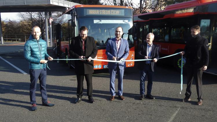 Páska přestřižena. Nové autobusy mohou sloužit veřejnosti