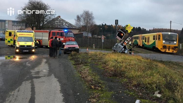 Opilý řidič zdemoloval světelnou signalizaci na železničním přejezdu