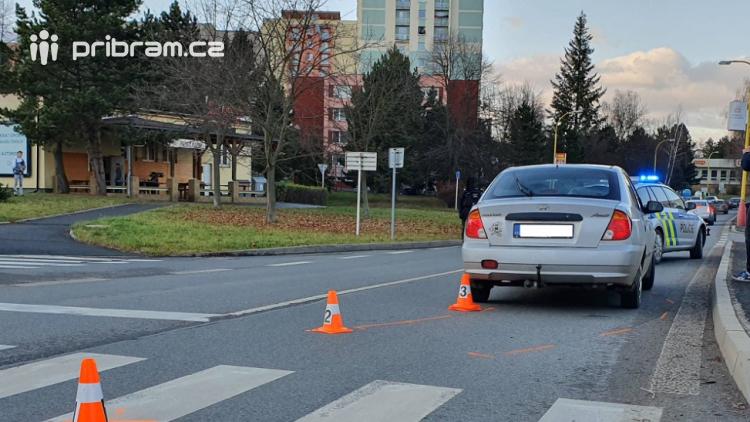 V Příbrami srazilo auto na přechodu ženu