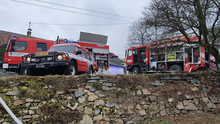 Rodinný dům zachvátily plameny. Devět hasičských jednotek bojuje s ohněm