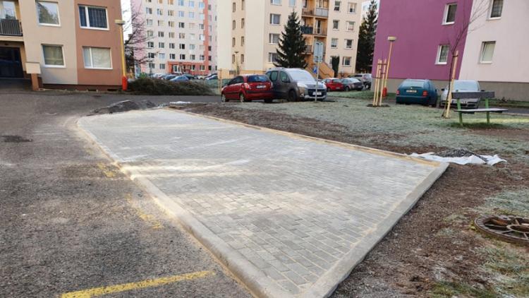 """Příbram má již 41 nových """"zelených"""" parkovacích míst"""