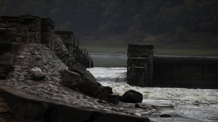 Hladina Orlíku je rekordně nízko. Lidem v okolí přehrady vysychají studny