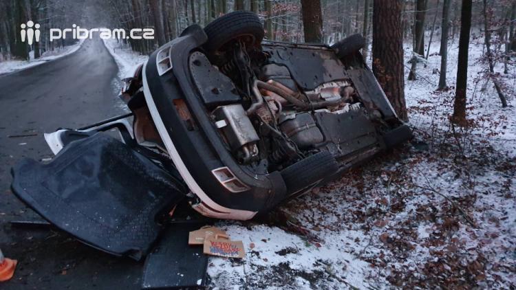 U Hostomic skončilo auto na střeše. Pět zraněných, z toho čtyři děti